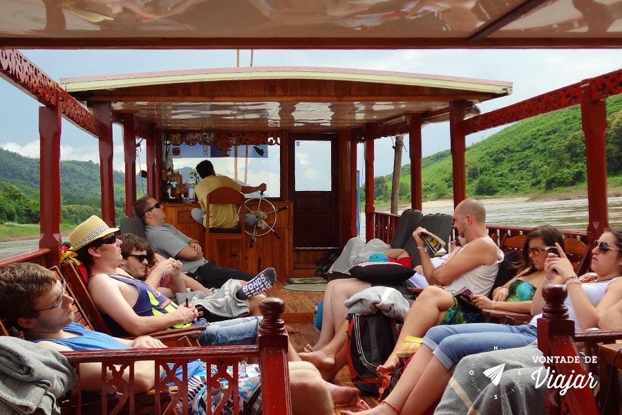 Rio Mekong - Galera relaxando no barco a caminho de Luang Prabang