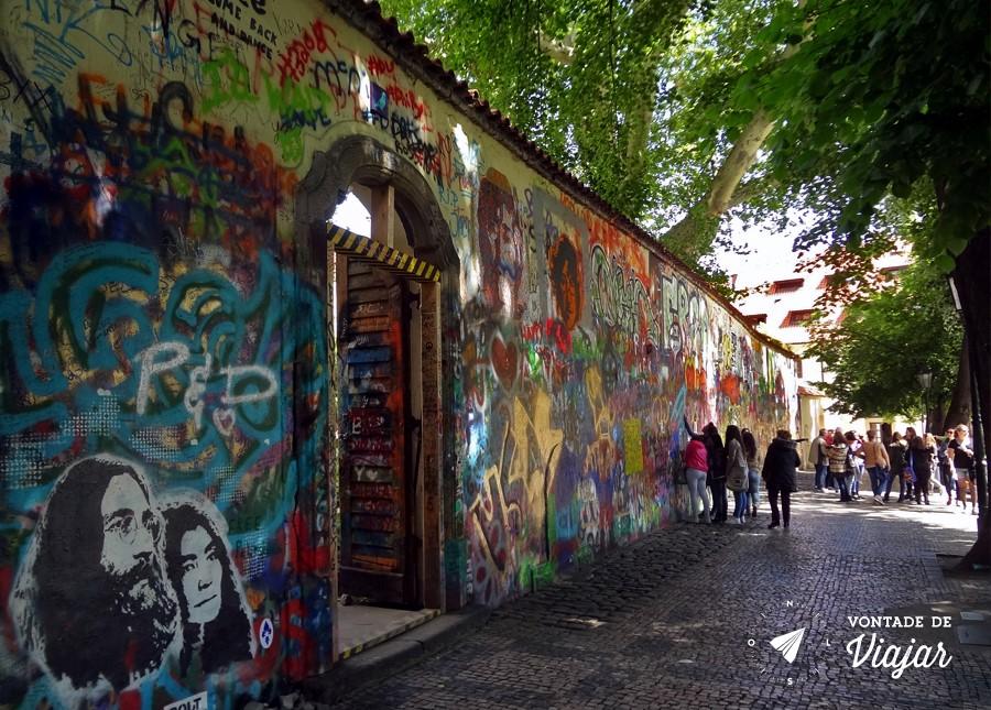 Lennon Wall - grafites escondidos no centro historico de Praga