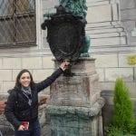 Leao de Munique - Tocar o focinho do leao da sorte