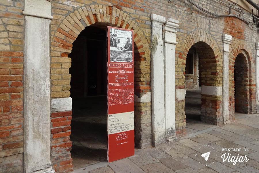 Ghetto Nuovo em Veneza - Banco Rosso no Gueto de Veneza