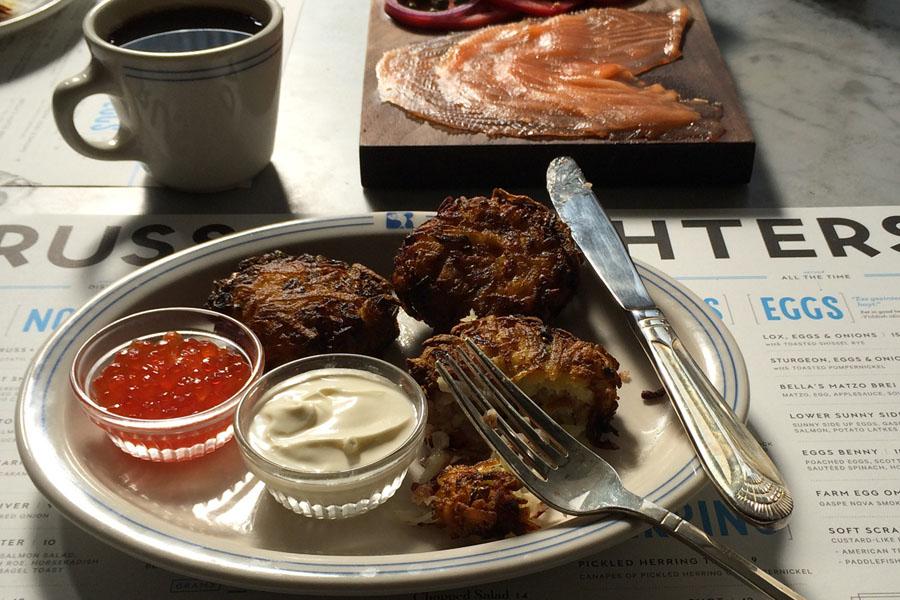 Onde comer no Lower East Side - Russ and Daughters Cafe - Latkes com caviar